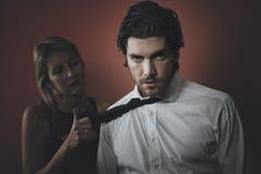 与黑暗的口气的英俊的时尚人画象 免版税库存照片