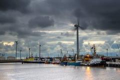 与黑暗的天空的工业港口风景 库存照片