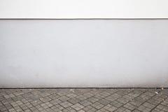 与黑暗的盖瓦的抽象白色都市背景内部 库存照片