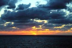 与黑暗的蓝蓝云彩的美好的加勒比日落 库存图片