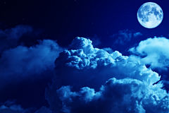 与满月和星的悲剧的夜空 免版税库存照片