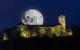 与满月的卢布尔雅那城堡 免版税库存照片