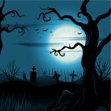 与满月的蠕动的树万圣夜背景 免版税库存图片