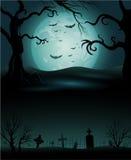 与满月的蠕动的树万圣夜背景 免版税库存照片