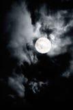 与满月的黑暗的多云天空 免版税图库摄影