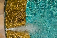 与晴朗的反映的游泳池 库存图片