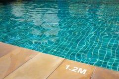 与晴朗的反映的游泳池 免版税库存照片