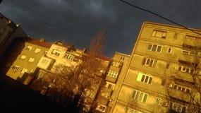 与晴朗的大厦的黑暗的天空 免版税库存照片