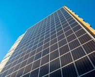 与晴朗的天气的太阳电池板 库存照片