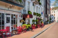 与晴朗的街道的风景 免版税库存图片