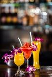与3朵鸡尾酒和兰花的静物画在酒吧开花 图库摄影