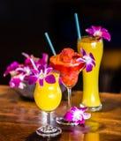 与3朵鸡尾酒和兰花的静物画在酒吧开花 库存图片