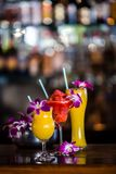 与3朵鸡尾酒和兰花的静物画在酒吧开花 库存照片