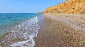与绿松石海水的海岸线在岩石 股票录像