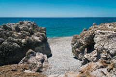 与绿松石盐水湖的岩石海岸线在克利特海岛,希腊上的Paleochora镇附近 图库摄影