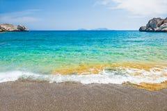 与绿松石水和峭壁的美丽的海滩 免版税库存图片