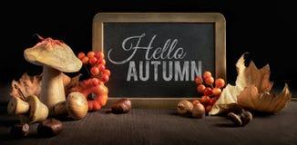 与黑板和秋天装饰,空间的秋天静物画 免版税库存图片