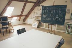 与黑板的印刷术教训有手写的白垩信件的 库存图片