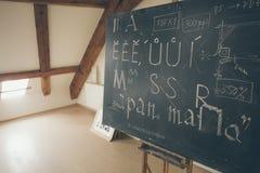 与黑板的印刷术教训有手写的白垩信件的 库存照片