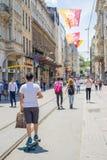 与滑板的旅行在街道,伊斯坦布尔上 库存图片