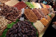与水果摊的地道市场 免版税库存图片