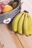 与水果篮的香蕉 免版税库存图片