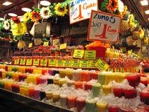 与水果饮料的市场摊位 库存图片