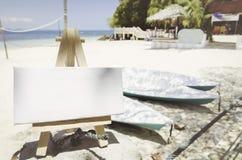 与画架的空白的帆布框架在热带海滩晴天 免版税库存图片