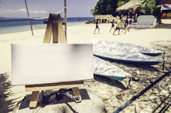 与画架的空白的帆布框架 被弄脏的图象背景,热带海滩 库存图片