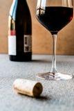 与黄柏和瓶的红葡萄酒 图库摄影