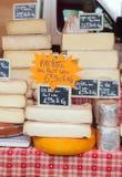 与价格标签的农夫乳酪 免版税库存照片