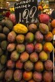 与价格标签的芒果果子 免版税库存照片