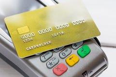 与付款的购买由在白色背景的卡片 免版税库存照片