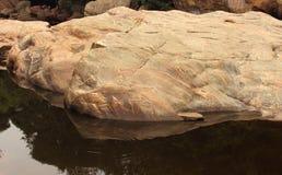与水池的岩石 库存照片