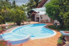 与水池的度假区在乡间别墅里 留尼汪岛 免版税库存图片