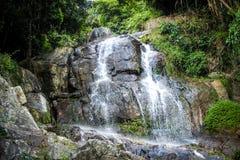 与水池的瀑布在热带密林, Na Muang, 库存图片