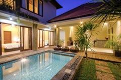 与水池的热带别墅 免版税库存照片
