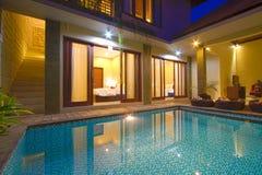 与水池的热带别墅 库存图片