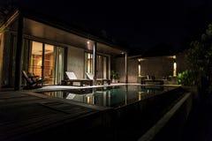 与水池的热带豪华别墅 免版税库存照片
