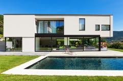 与水池的现代别墅 库存图片
