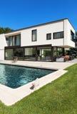 与水池的现代别墅 免版税库存图片