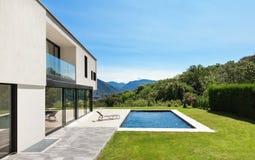 与水池的现代别墅 免版税图库摄影