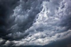 与阴沉的暴风云的黑暗的天空 免版税图库摄影