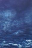 与阴沉的暴风云的黑暗的天空 免版税库存图片