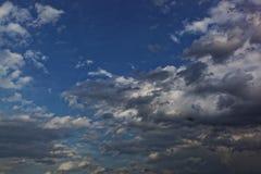与阴沉的暴风云的黑暗的天空 库存照片