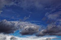与阴沉的暴风云的黑暗的天空 免版税库存照片