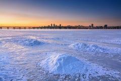 与冻河的美好的冬天风景黄昏的我 免版税库存图片