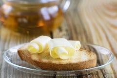 与黄油卷毛的多士早餐 库存图片