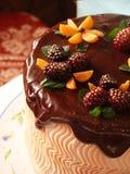 与黄油奶油、莓果和焦糖的巧克力蛋糕 免版税图库摄影