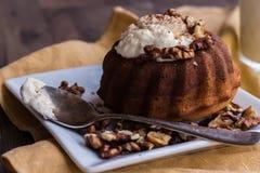 与黄油奶油和敬酒的核桃的巧克力橙色蛋糕 图库摄影